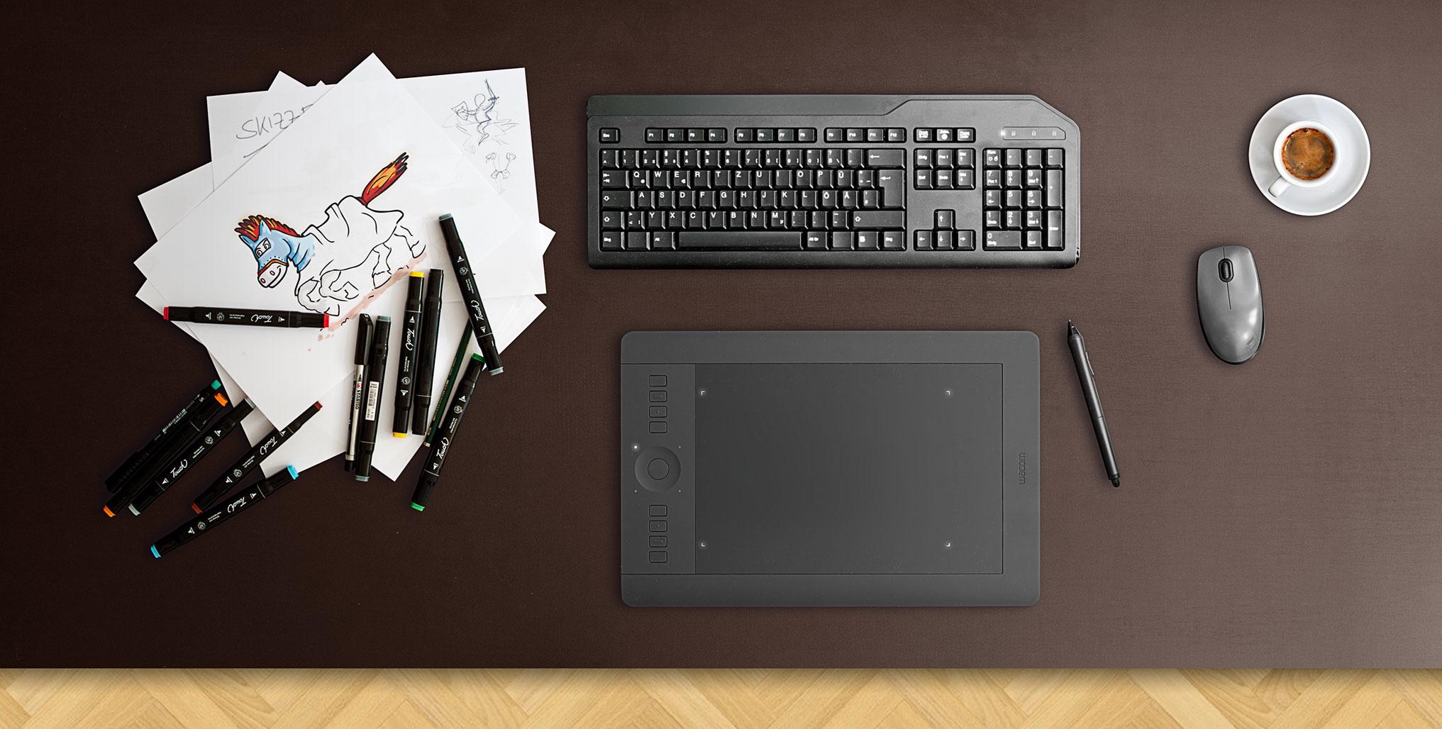 Schreibtisch mit Illustrationen der Werbeagentur in Coburg